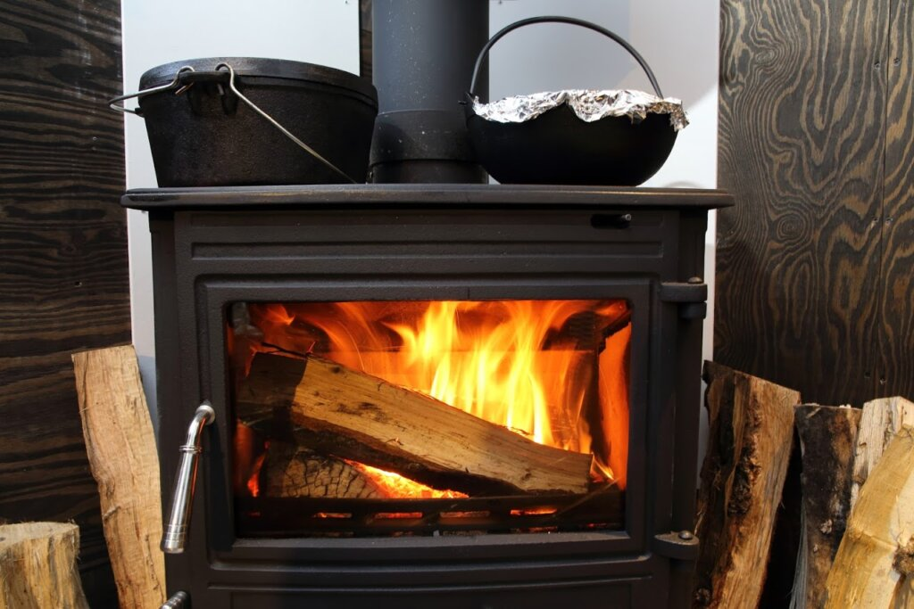 冬グランピング、薪ストーブで炊くご飯