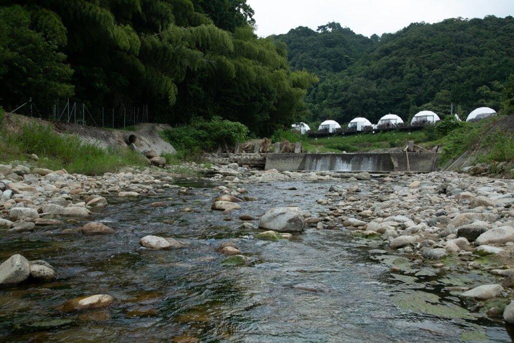 グランピング、世屋川の清流で川遊び