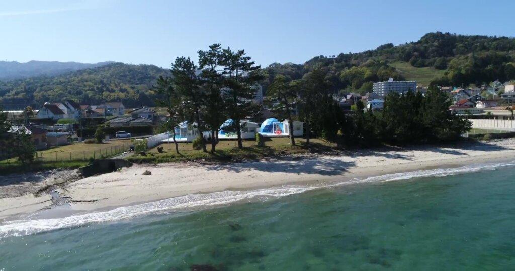 海まで0分。ブルードーム京都天橋立を小松浜の上空よりドローン撮影