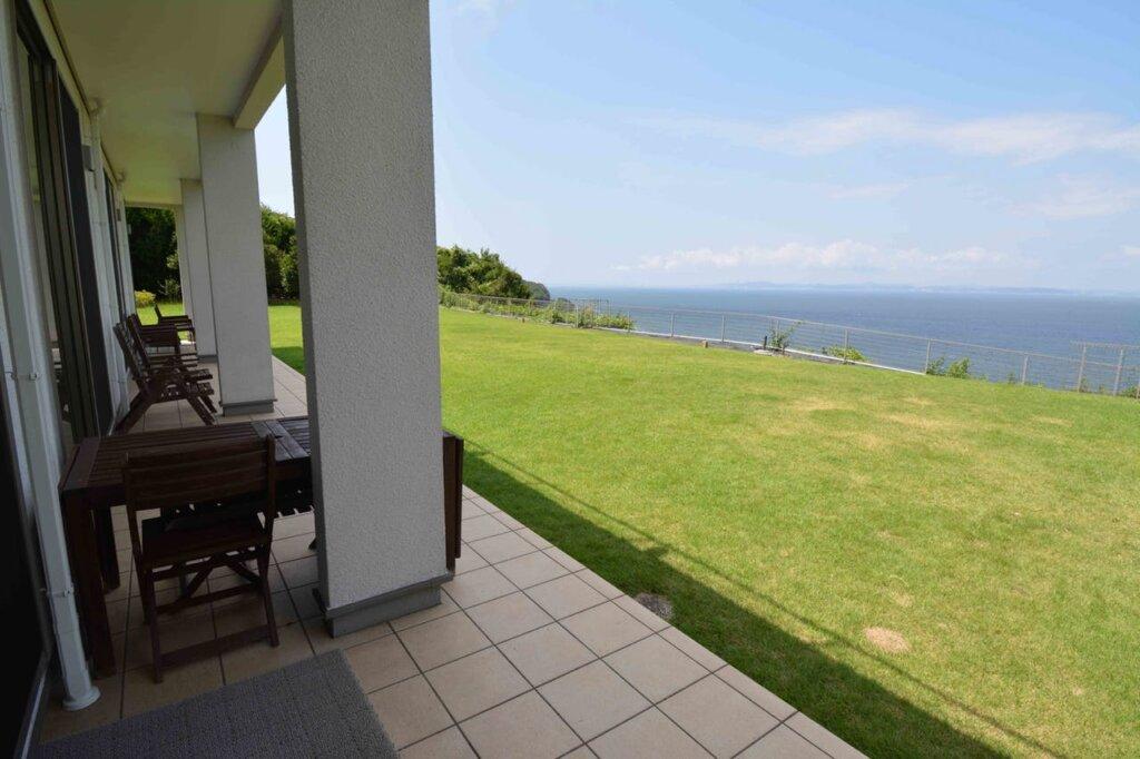 芝生の庭から太平洋の眺めが美しい高級ヴィラ、カプリハウス
