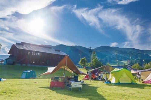 めいほう高原キャンプフィールドは、ログハウス、グランピングテント、オートキャンプの3種類。青空の下で素敵な体験をしよう。