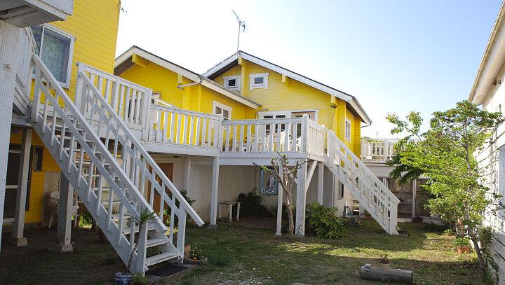 黄色い可愛い建物スタジオナダ