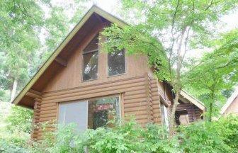 自然湖「麻生池」のそばにある池の山キャンプ場。バス、トイレ、キッチンあり、快適にお過ごしいただけます。