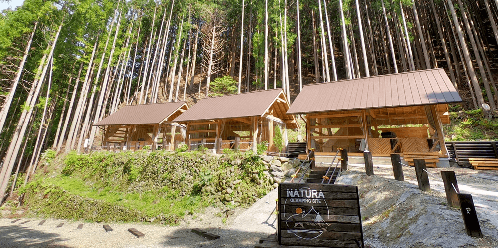 屋根付きテラスのあるグランピングサイト「NATURA」