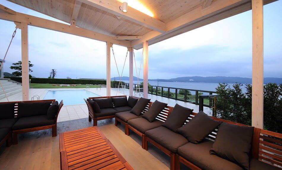 日本海を望む景色を楽しめるヴィラゼニス。プライベートプールも有り。