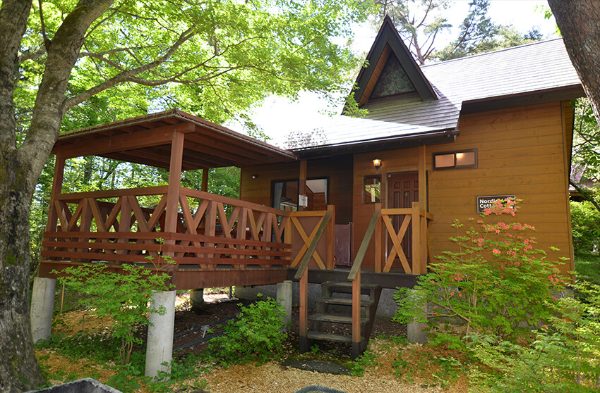 森の中に建つコテージタイプのグランピング施設「小田急山中湖フォレストコテージ」