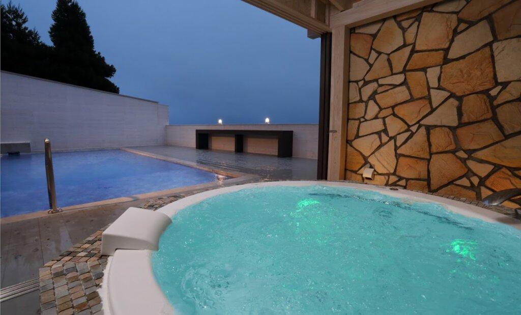 瑠璃浜リトリートの温水ジャグジーとプライベートプールからのオーシャンビュー