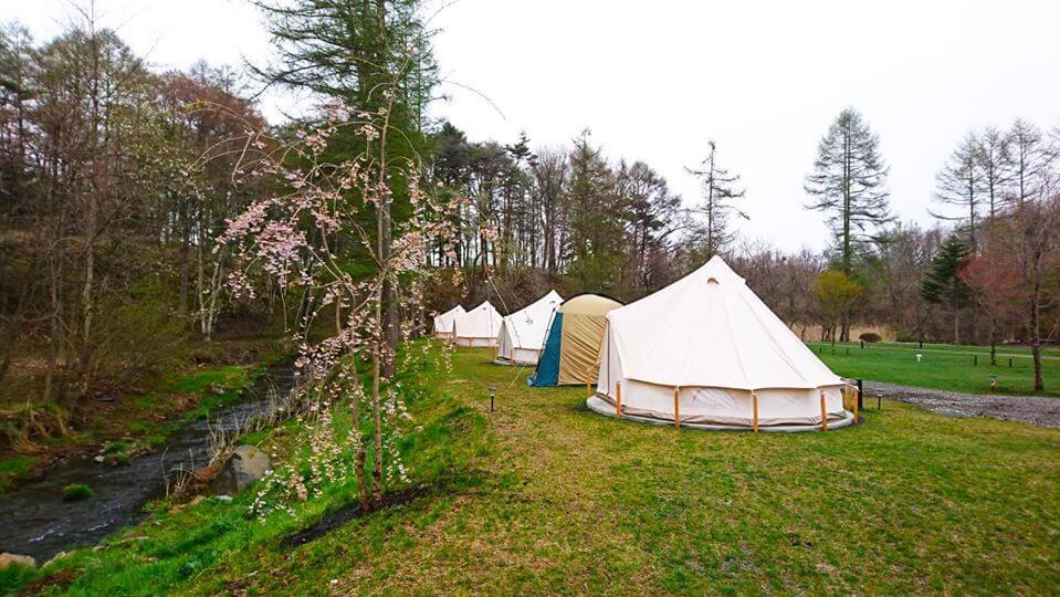 軽井沢キャンプゴールドは発地川の畔に立つグランピング施設