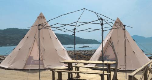 ドルフィンファームしまなみの、海のそばにたつ「とんがり帽子型」のおしゃれなテント