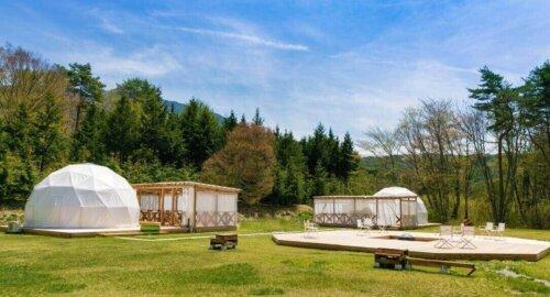 2張のドームテント、フォレストドーム木曽駒高原森のグランピング