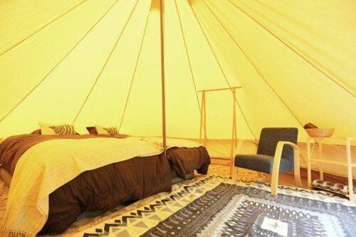 FARM CAMP Re:HAKUBAは1ヘクタールの広大な森の中のグランピング施設
