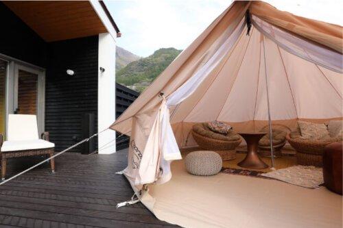 デッキに建てられたテントでグランピングが楽しめる渓流ヴィラITSUKI