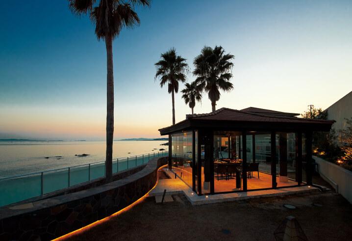総ガラス張りのテラスで、海を見渡しながら、過ごせる「Villa・Mon・Temps・Awaji(ヴィラモンタン)」