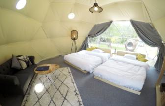 グランドーム伊勢賢島のドームテント。広々空間で、落ち着いた雰囲気。
