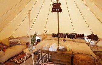 おしゃれなソファやベットがあり、テントの中でくつろげる「ベッセルおおち瀬戸内グランピング」