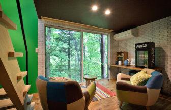 窓の外は大自然、おしゃれな家具に落ち着く内装のグランピングシマブルー