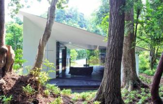 森の中に建つフォレモダーニ。おしゃれなデザイナーズコテージ。