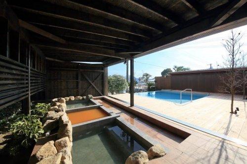プライベート空間で、3つの露天風呂を楽しめる花菖蒲。