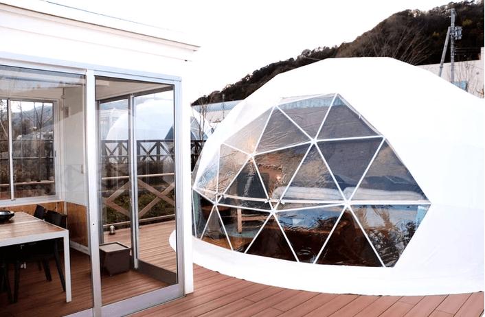 大きな窓のついたウフフビレッジのドームテント、広々空間で快適にお過ごしいただけます。
