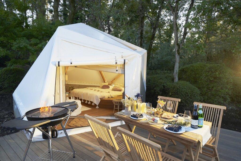 自然の中に建つグランヴォ―スパヴィレッジのテント、テントのそばでBBQが楽しめます。