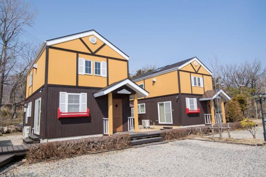 屋根付きBBQスペースあり。優しい色の外観。