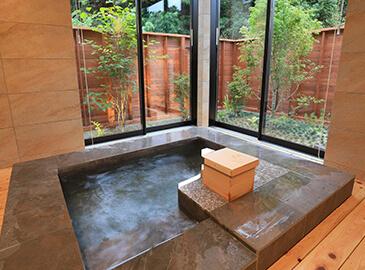 天然温泉付きヴィラ「マリントピアザスイート」の天然温泉でリフレッシュ