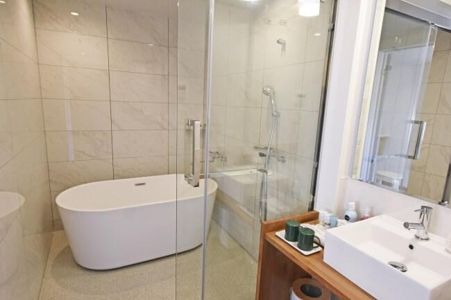 伊豆シャボテンヴィレッジ ドームテントと直結したコンテナタイプのバス・トイレ
