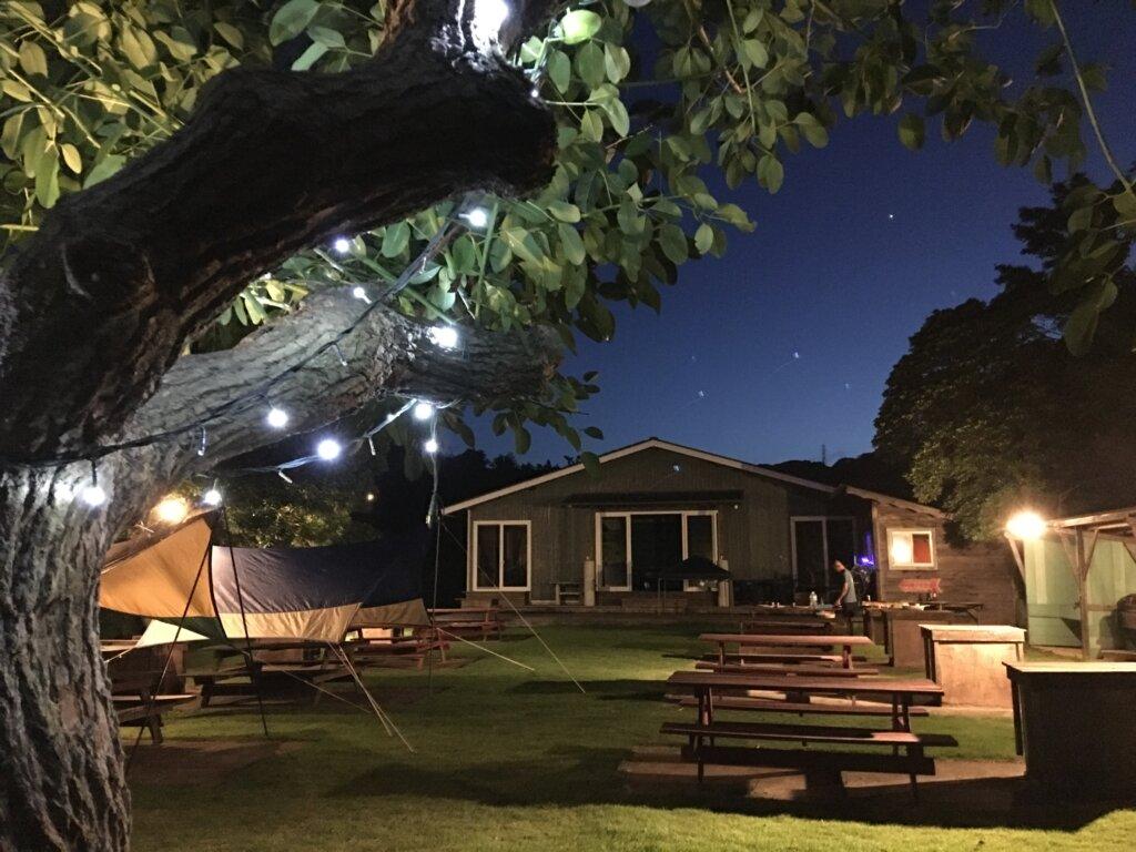 伊緑あふれる別荘コテージヴィラ白浜。大自然の中のテーブル&ベンチ。