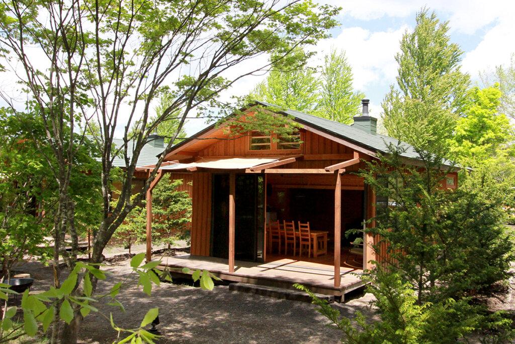 北自然に包まれた軽井沢スウィートグラスの開放的なコテージ。