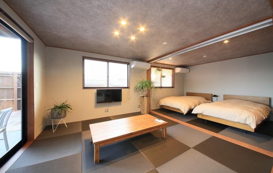 一棟貸しの花菖蒲、ラグジュアリー感のある室内。露天風呂にくわえ、プライベートプールも完備。