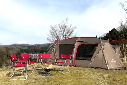 山あいにある緑水湖オートキャンプ場、テントを広げてひろびろキャンプ体験。