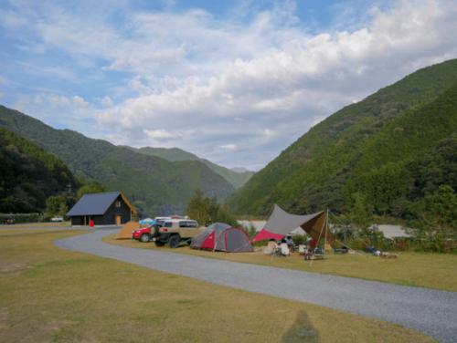 広々と区画分けされたスノーピークおち仁淀川キャンプフィールドのオートキャンプサイト。