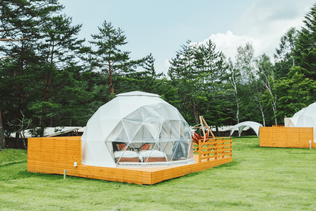 自然に囲まれたPICAFujiyamaのドーム型常設テント。