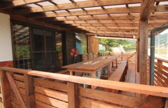 cou cou house naganoは、屋根付きのデッキテラスでBBQが楽しめます。