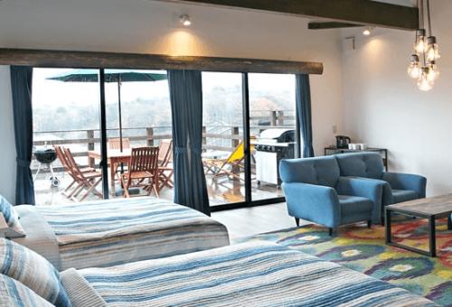 オシャレな家具に囲まれて、デッキではBBQが楽しめるネスタリゾート神戸