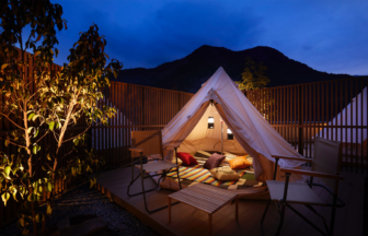 テラスに設置されたテントでグランピングをお楽しみいただけるONCRIソノテラス