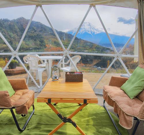 杓子山ゲートウェイキャンプドームテント室内から富士山を見る