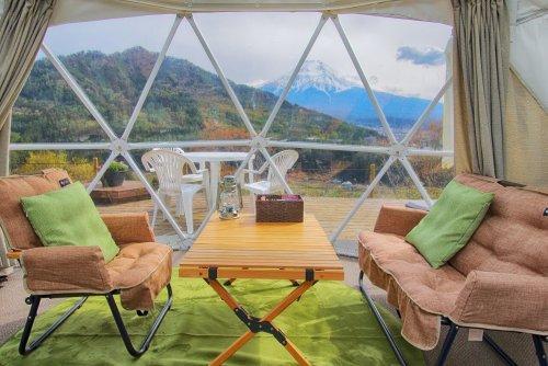 杓子山ゲートウェイキャンプのドームテントの大きな窓から見える富士山