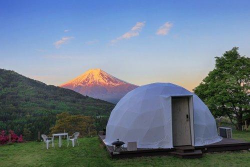 杓子山ゲートウェイキャンプのドームテントと夕映えの富士山