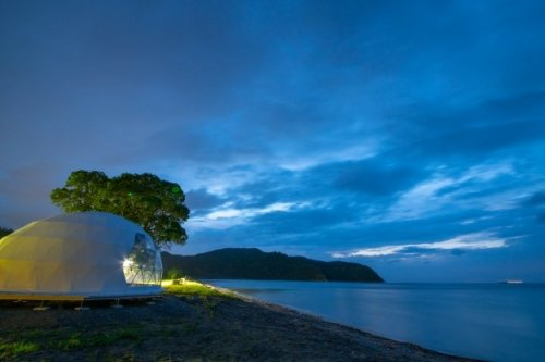 伊勢志摩の海を間近に感じながら、まるで海にふわふわと浮かぶような感覚でドーム型テントに泊まることができる