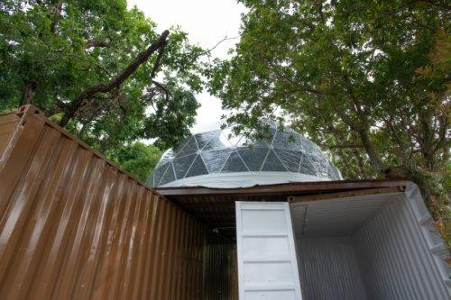 コンテナを基礎にしたデッキ上に設営されたテント