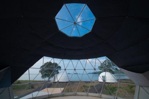 グランオーシャン伊勢志摩テントの窓から間近に海が見える