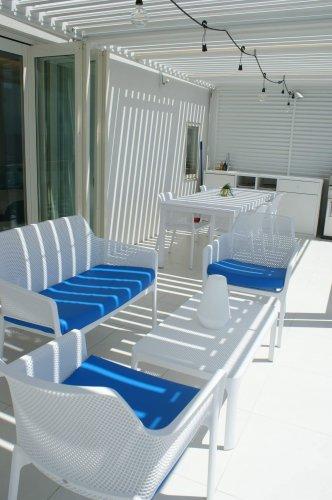 URBAN CAMP HOTEL Marble Beachの外部リビングのソファ@泉南ロングパーク